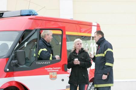 Susanne Deimling im Gespräch mit Einsatzkräften
